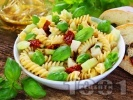 Рецепта Салата с паста (фузили или макарони), мариновани сушени домати, краставици и босилек